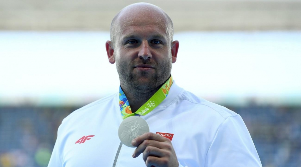 piotr-malachowski-selling-medal-boy-with-cancer